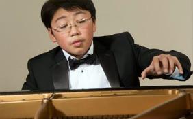 Li at piano